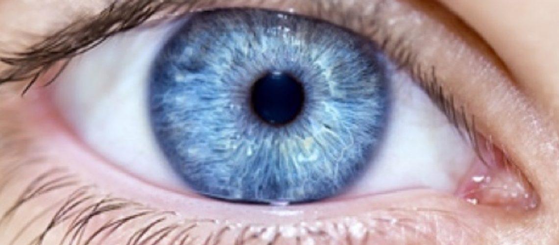 Auge mit blauer Pupille
